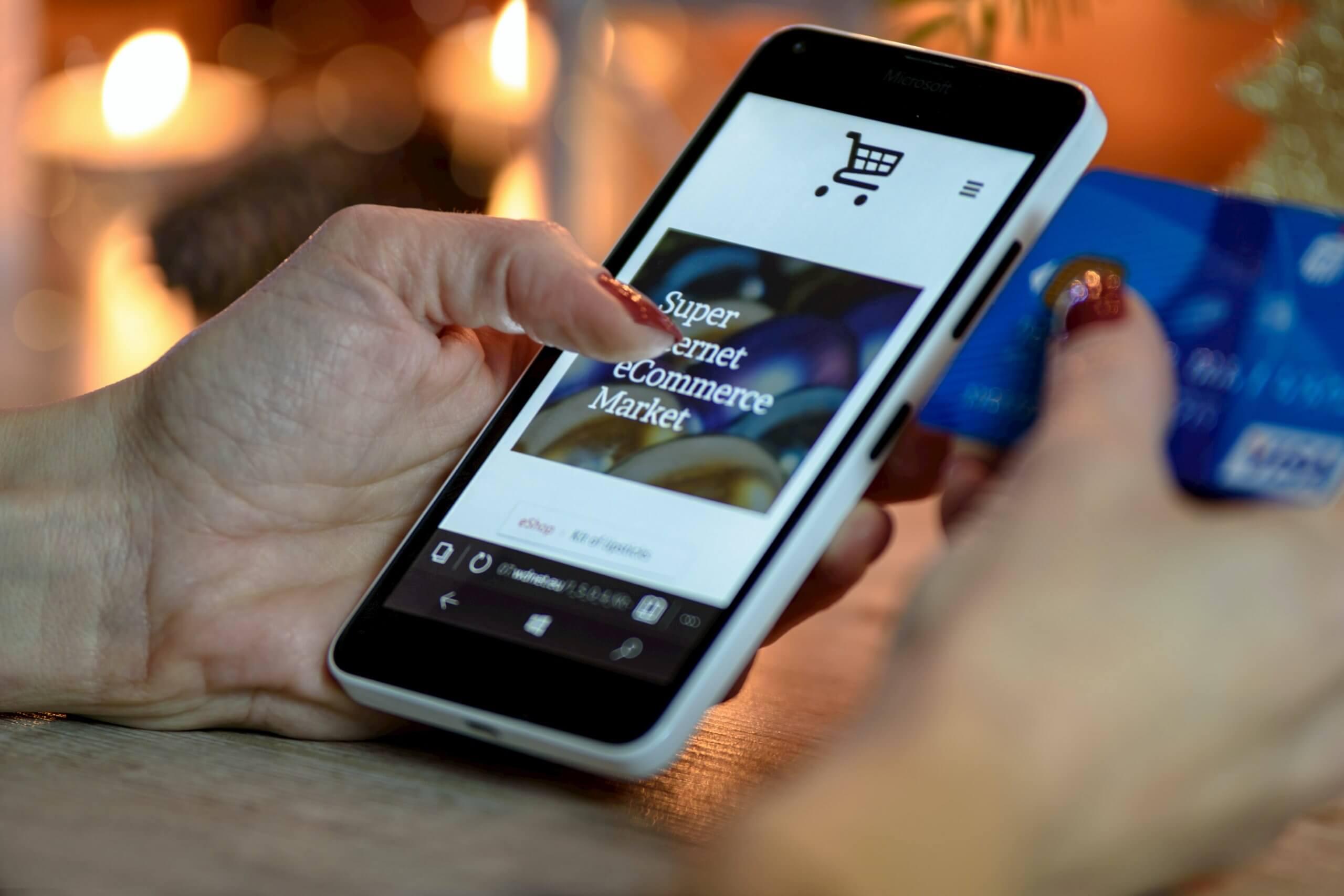 e-commerce es una forma de comercialización de compraventa diversos bienes mostrados a través de un catálogo en múltiples plataformas web